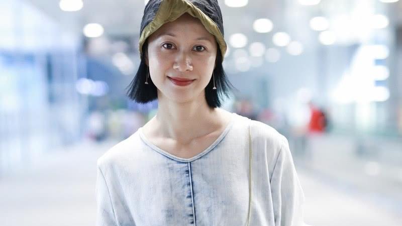"""倪虹洁吃了""""防腐剂""""?穿绿色连体服走机场,状态哪像43岁"""