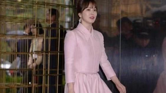 来跟宋慧乔学穿搭,瞬间让自己成为韩范女神,粉色裙子高级减龄