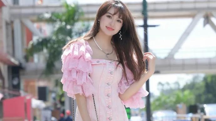 粉色时尚连衣裙,加上精致浅色高跟鞋,青春甜美又有少女感