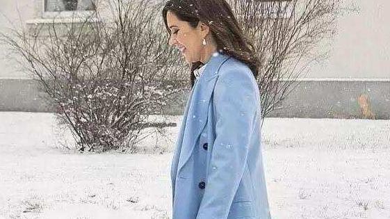 """做""""王的女人""""不容易!冰天雪地穿大衣还得光着腿,看着都觉得冷"""