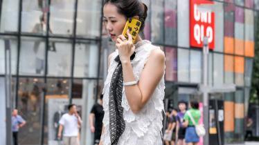 双层无袖白色连衣裙,搭配黑色蝴蝶结领带,时尚又洋气