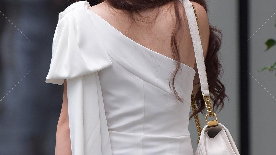 白色斜肩连体裤展现模特般的平角肩,洋气的好身材!