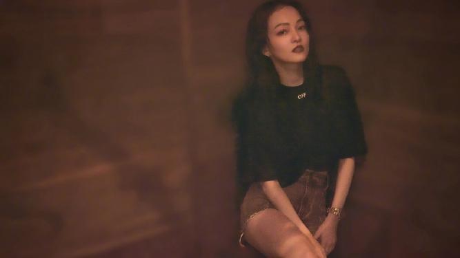张韶涵晒近照惊艳众人,黑色修身连衣裙搭配绑带凉鞋,简直美到爆