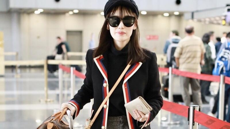 """马蓉真是""""时尚圈""""的典范,穿学生风外套配黑丝袜,又纯又欲"""
