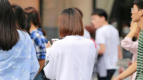 白色运动外套,纯棉长袖设计,搭配灰色牛仔裤休闲又少女