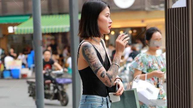 黑色小吊带搭配修身牛仔裤,穿出自己的风格,彰显自己的时尚感