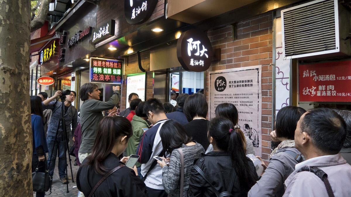 上海最专一的老板:34年只做葱油饼,靠着卖饼买了3套老洋房