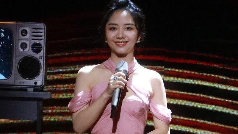 谭松韵这张脸真占便宜,说她18应该都有人信,穿粉色纱裙更显小了