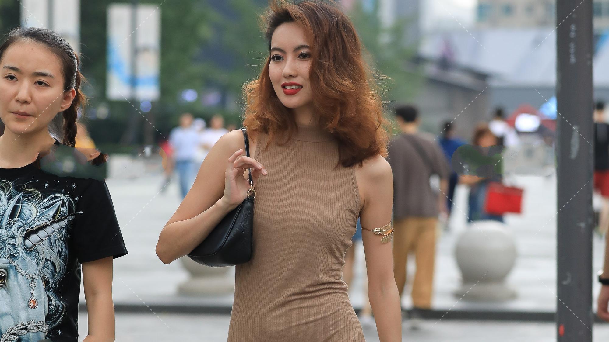 四季流行的驼色连衣裙,搭配对的鞋子,是最时髦的