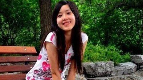 刘强东妻子学生时代真美,印花T恤配短裤,婴儿肥也难掩精致容颜