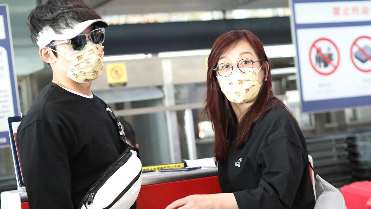 陈松伶和张铎走机场,黑色t恤搭配休闲裤,随性高级,减龄又洋气