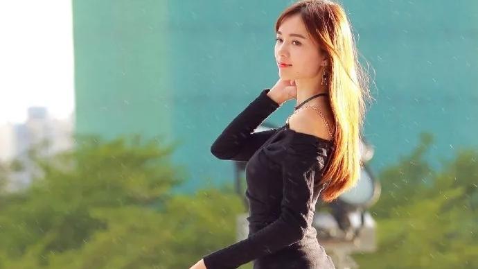 神秘黑修身连衣裙,搭配同色淑女款高跟鞋,穿出满满的优雅范