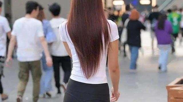 身材修长的打底裤美女,新颖的剪裁设计,随心所欲
