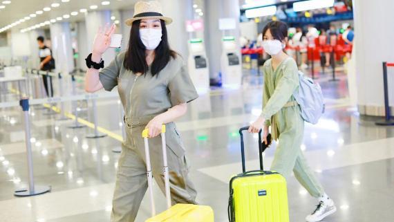 钟丽缇三母女现身机场,穿同色系裤子秀亲密,连体裤藏不住好身材