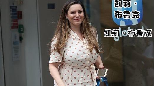 """英超足球宝贝变成""""大码模特"""",虽然41岁了,可穿裙装仍挺吸睛"""