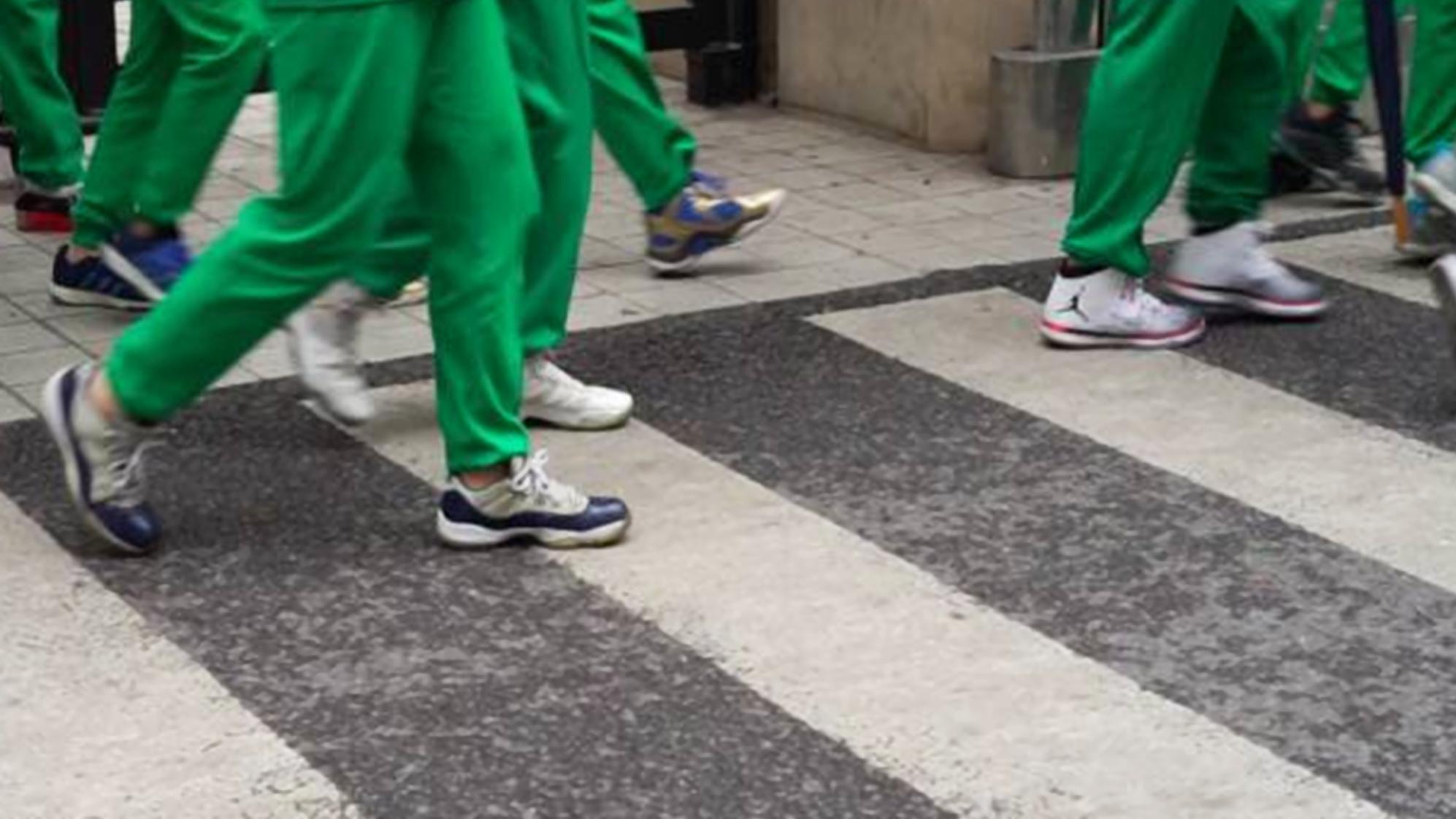 """中学生""""攀比风""""盛行,身穿平价的统一校服,脚上却踩着天价球鞋"""