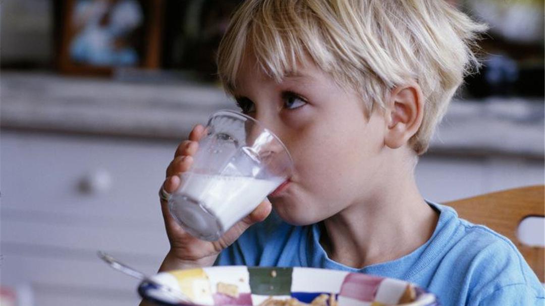 给孩子喝羊奶粉一定更好?不!结合宝宝年龄选奶粉才最关键!