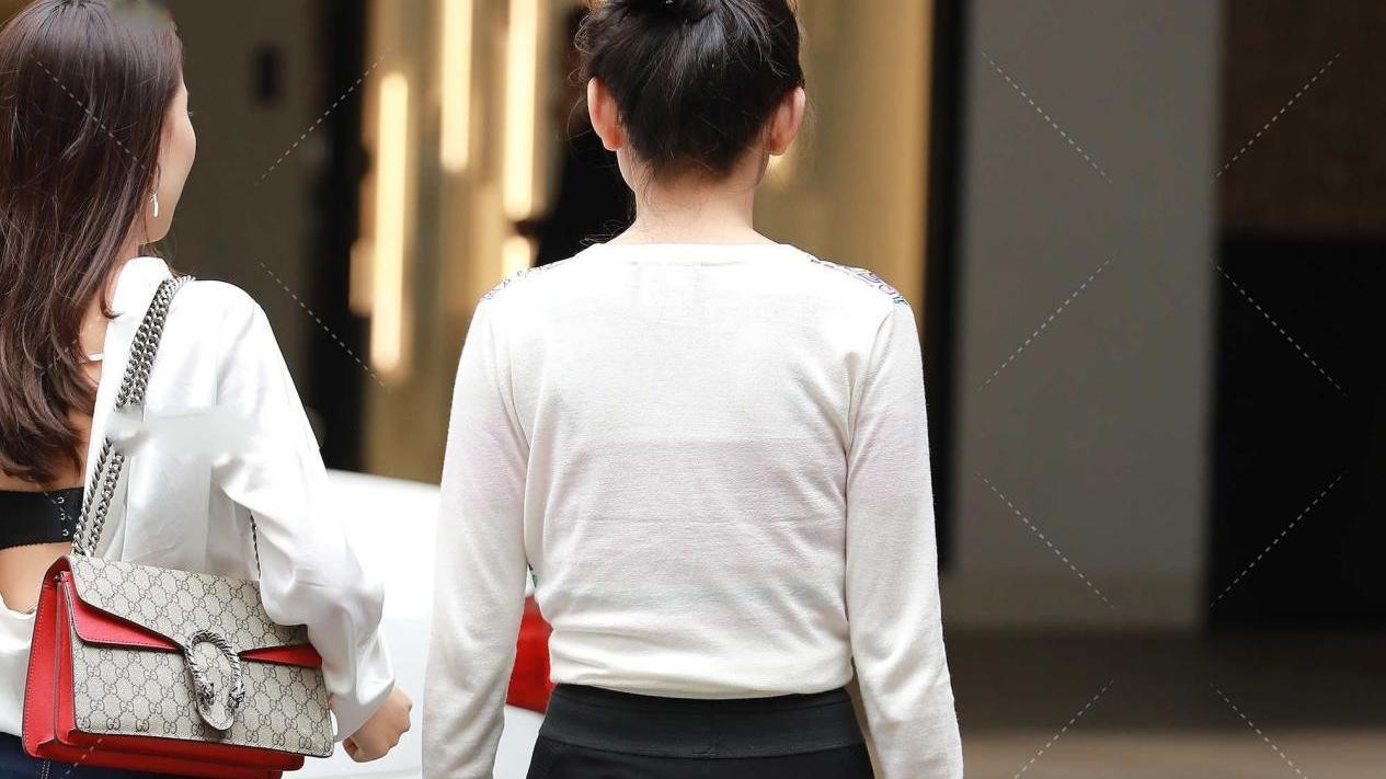 英文字母长袖配打底裤,穿搭简约又时尚,扎丸子头年轻有活力
