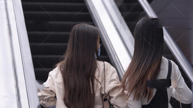 黑色背带裙搭配白色高领毛衣,尽显淑女气质