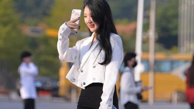 腿粗臀大的女生怎么穿?韩版白色西服搭配黑色包臀裙,成熟有品味
