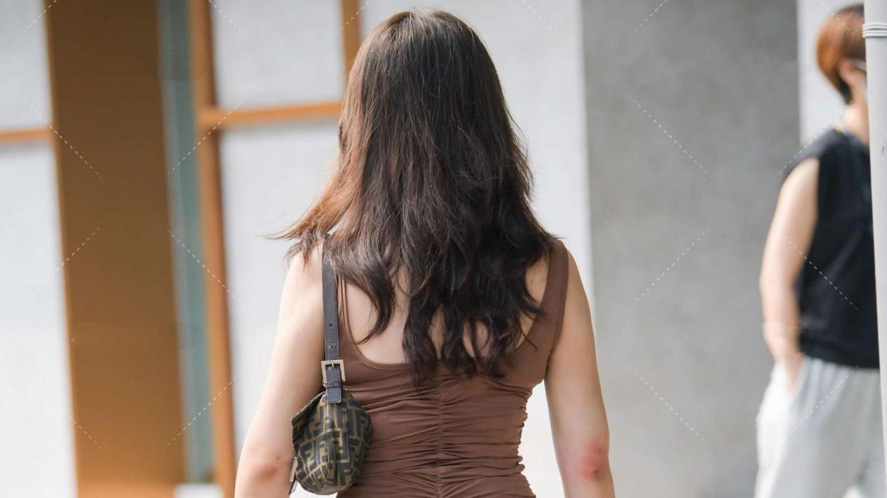 卡其色的长款连衣裙,收腰设计显腿长,走路带风气场强大