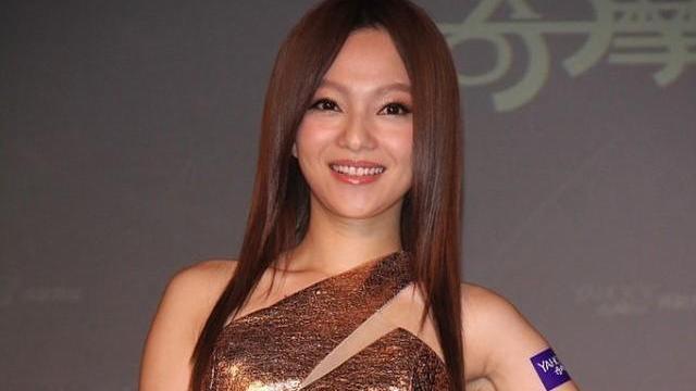 张韶涵真是酷女孩,穿露脐装好帅气,无修图也很有美感