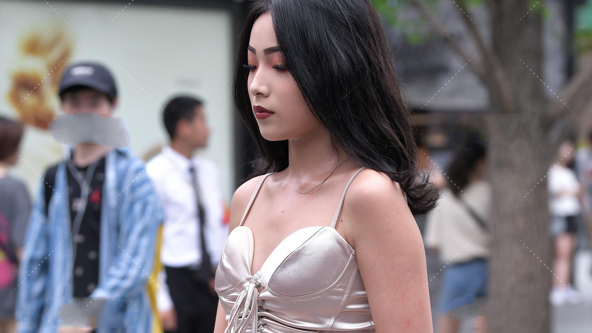 性感吊带连衣裙搭配高跟鞋,穿出性感时尚风格,优雅迷人