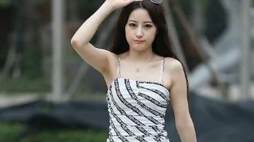 选择清凉优雅的吊带裙,让你的造型更潇洒自信