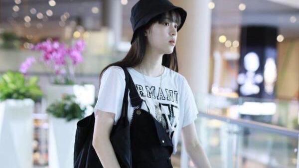欧阳娜娜不愧是00后的穿搭模范,经典白T恤+单肩背带裤,超清纯甜美