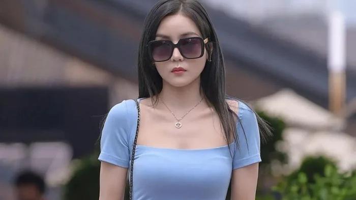 浅蓝色包臀连衣裙,简约又精致,有几分轻奢风的感觉