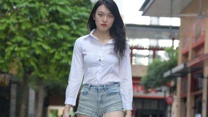 亮白色衬衣,搭配短款牛仔裤,穿出活力四射的迷人魅力