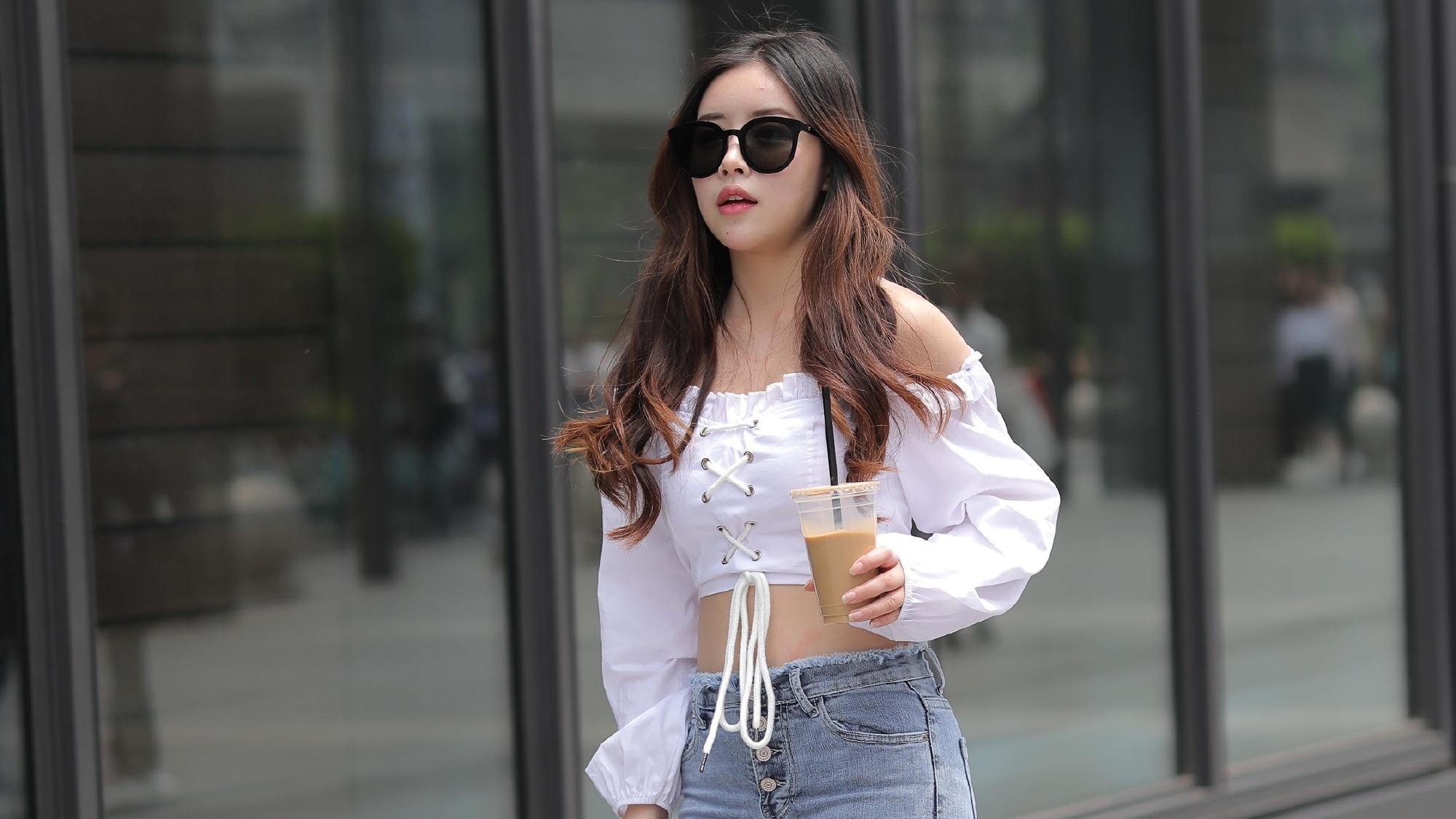 潮流牛仔裤搭配一字肩上衣,勾勒完美腰身,穿出自信女人味!