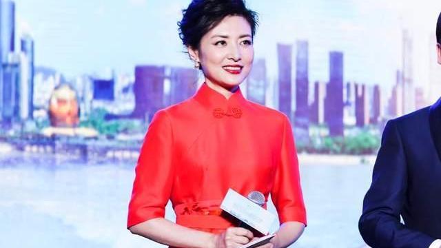 周涛果然气质不凡,大红色旗袍优雅贵气,却被香槟色凉鞋拉低品味