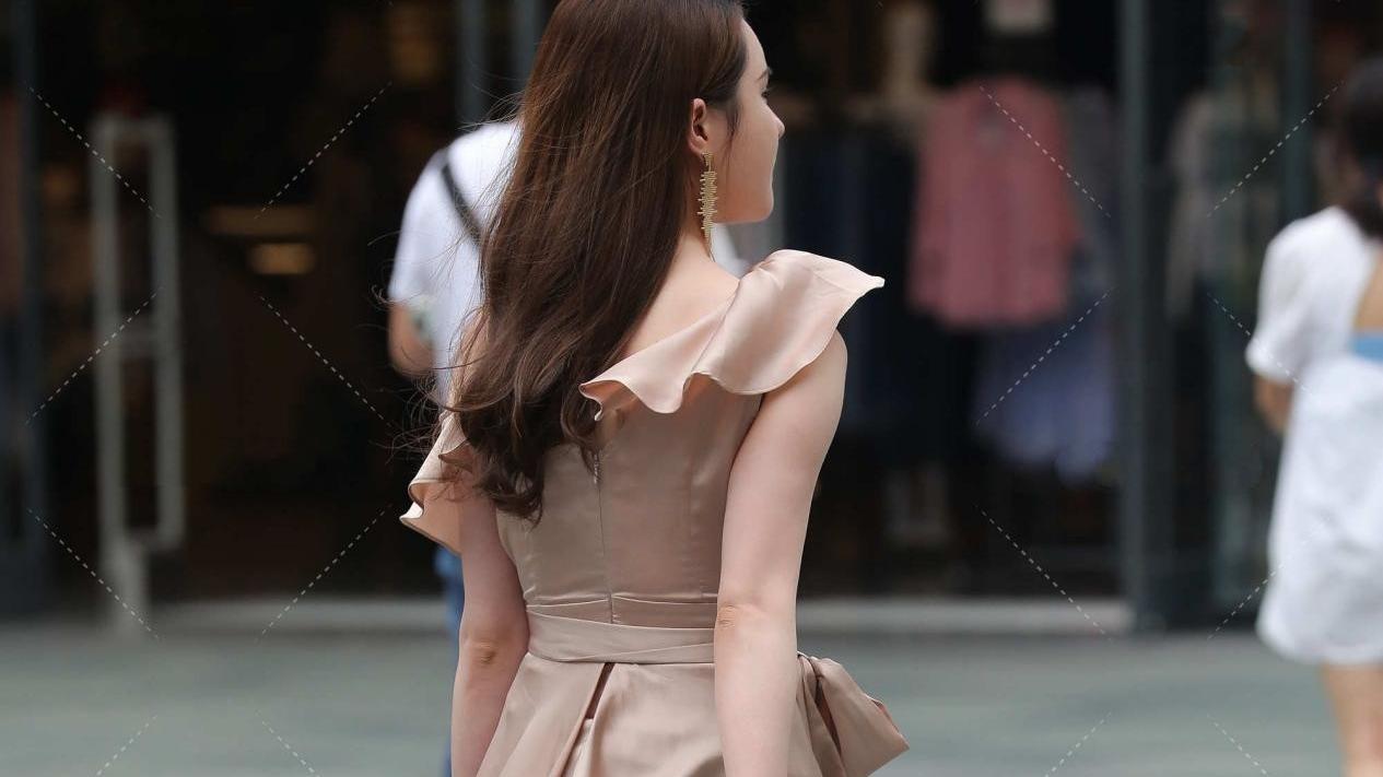 卡其色连衣裙,设计感十足,荷叶边装饰,也太显瘦了