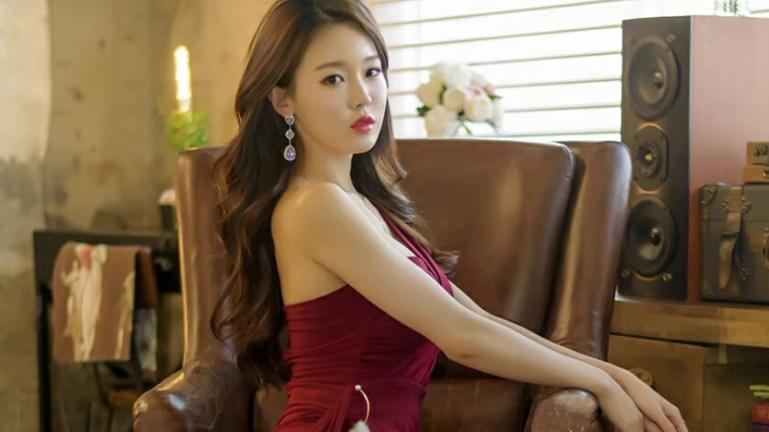 美女:性感清纯合体一个人,酒红色连衣裙,性感大方,校园jk,清纯可爱。