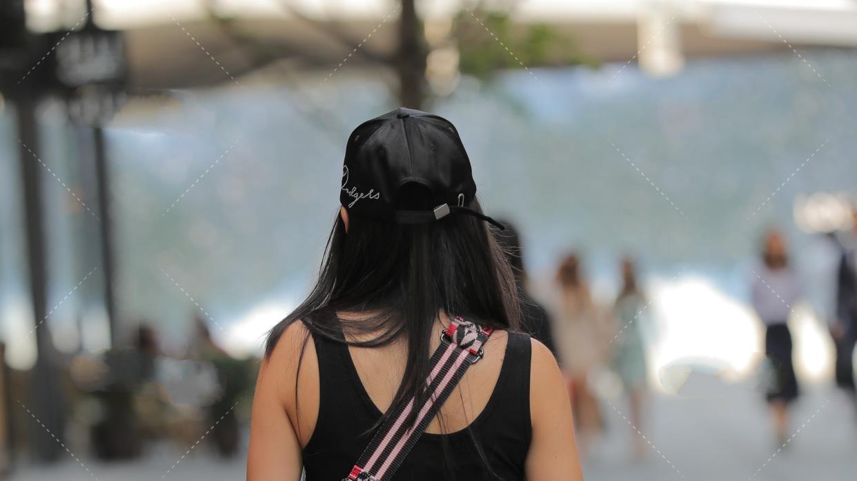 黑背心短衣配斜挎包款,性格大大咧咧的女性非常适合,显瘦又时尚