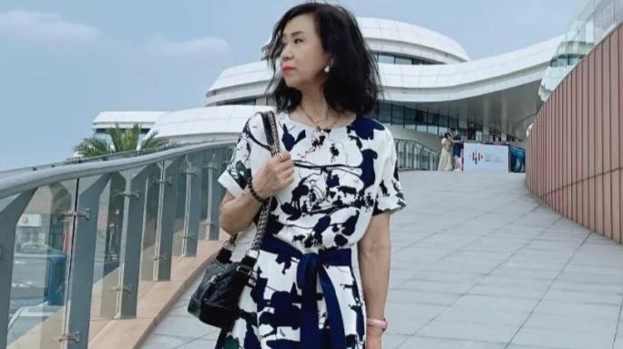 60岁女人夏季如何穿得时髦漂亮,教你4个技巧,分分钟年轻二十岁
