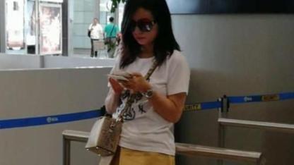 穿T恤配短裤,背名牌包包像年轻白富美,45岁赵薇就像18岁