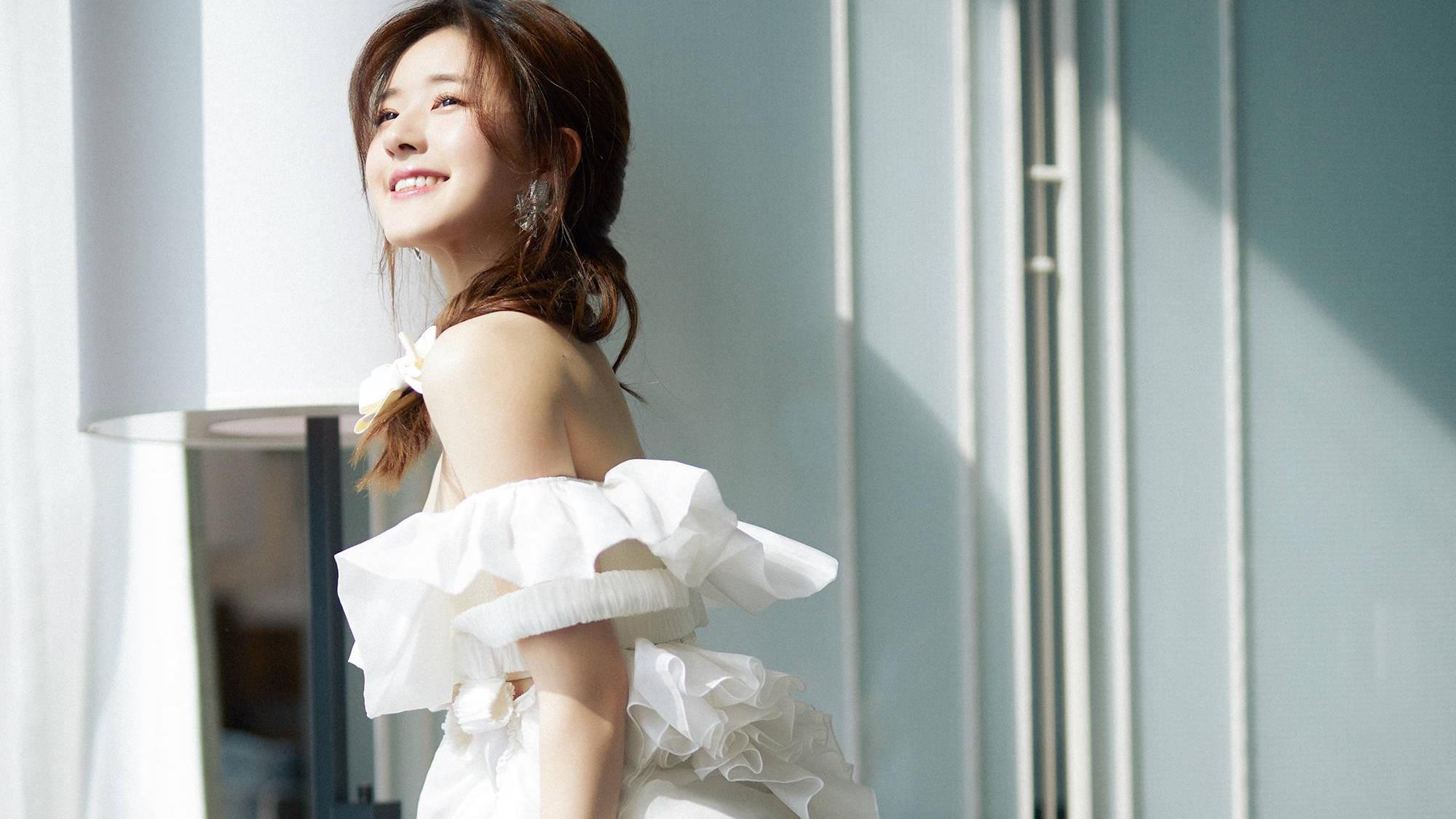赵露思婚纱写真,白色抹胸拖地婚纱礼服高贵优雅,头顶蝴蝶结像头纱