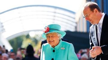 """伊丽莎白女王95岁""""官方生日"""",回顾女王历年最耀眼的撞色穿搭"""