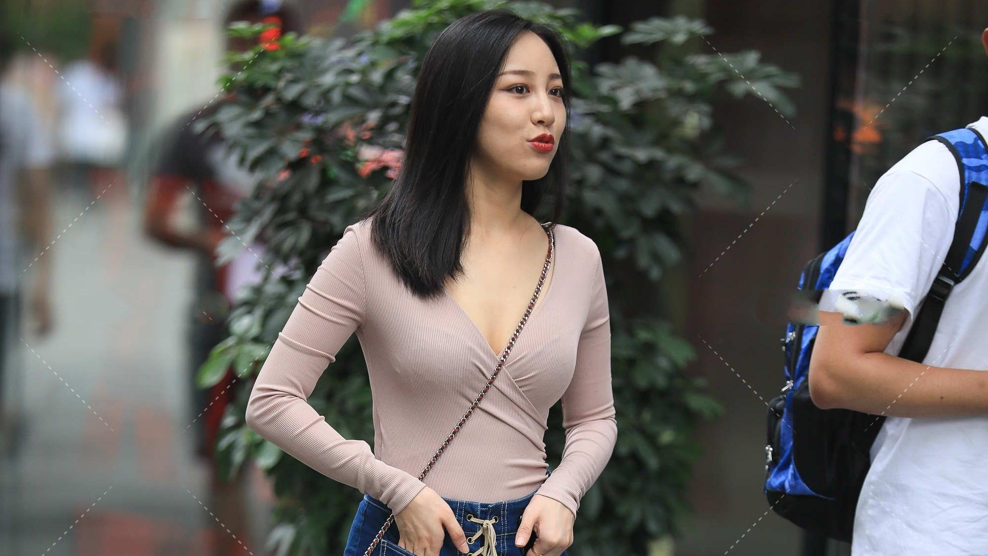 浅咖深V领冰丝长袖搭配牛仔裤裙,简单大方,文艺范十足