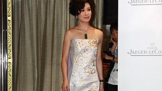 佘诗曼身材和气质绝了!穿抹胸连衣裙亮相活动,高贵优雅