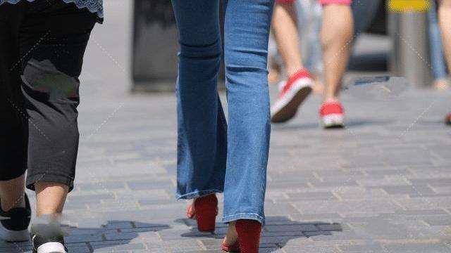 蓝色短款T搭配牛仔直筒裤,穿出精致女人味,清新又迷人