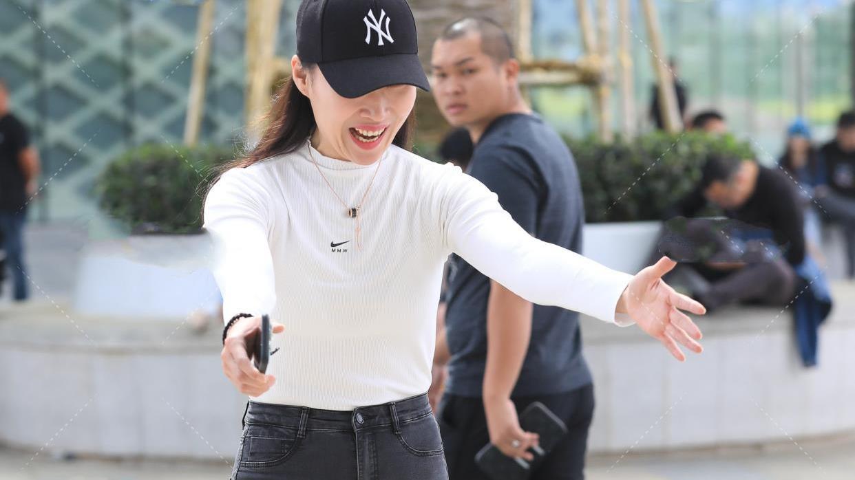 黑色长袖高领T恤搭配黑色帽子,让白色的服饰显得更加时尚