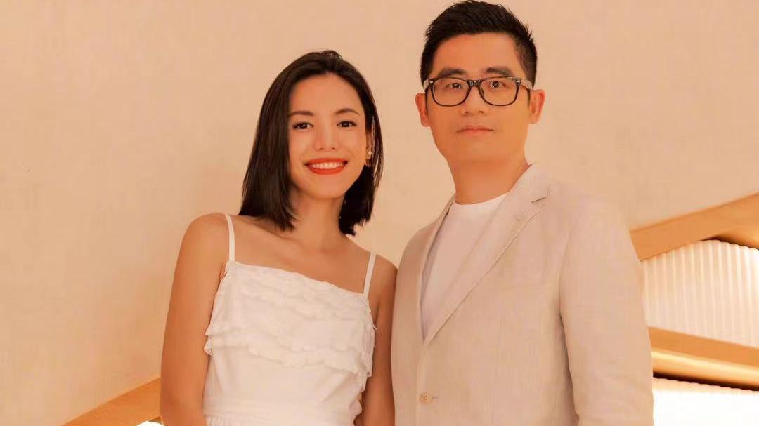 时尚博主穿白色连衣裙是真好看,比网红更有辨识度