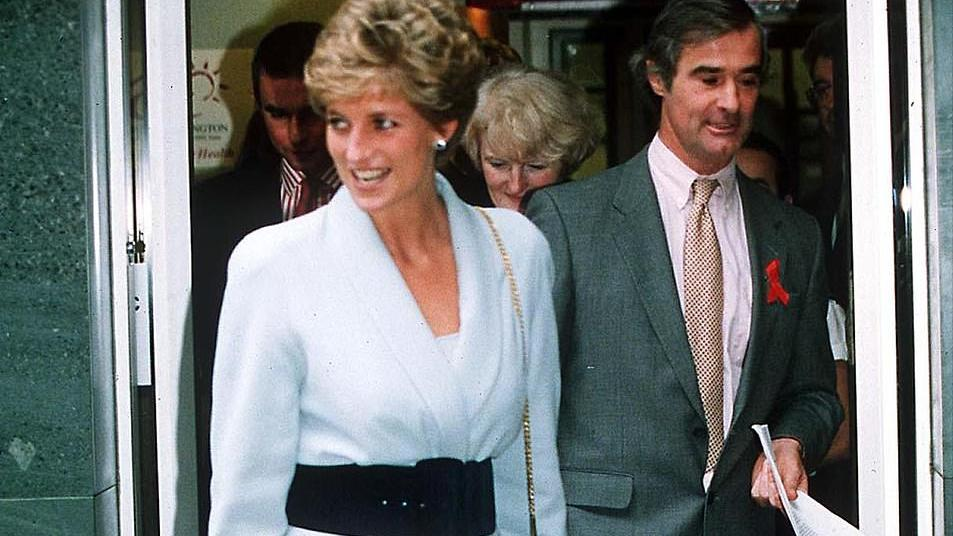 戴妃新雕像再掀潮流!女王穿白衬衫呼应,卡米拉查尔斯却不敢面对