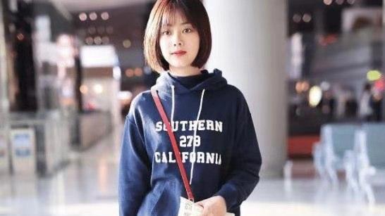 谭松韵娃娃脸好可爱,蓝色连帽卫衣配条纹裤,俏皮减龄像学生
