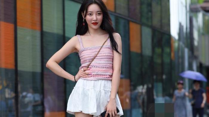 粉色吊带上衣搭配白色百褶裙,俏皮可爱美出圈,少女感十足