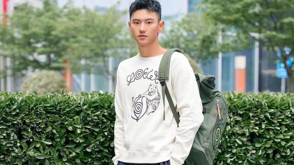 宁泽涛亮相机场,大红T恤+工装短裤时髦帅气,191的身高像超模