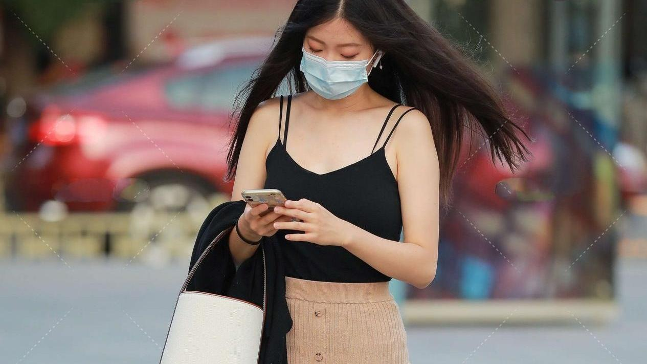 黑色无袖背心成熟御姐风,卡其色半身裙显高又显瘦,穿搭颜色朴素